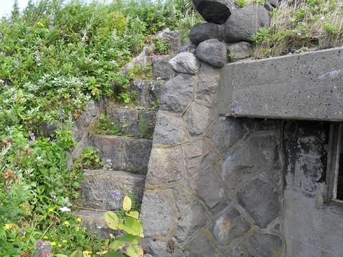 Опорная стена из ступеней японского командного пункта