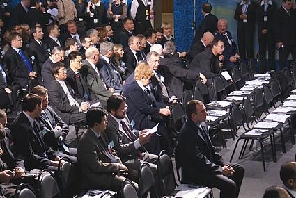 """Среди приглашенных - депутаты областной думы, главы районов, представители компаний - подрядчиков проекта, сотрудники """"Сахалинской энергии""""."""