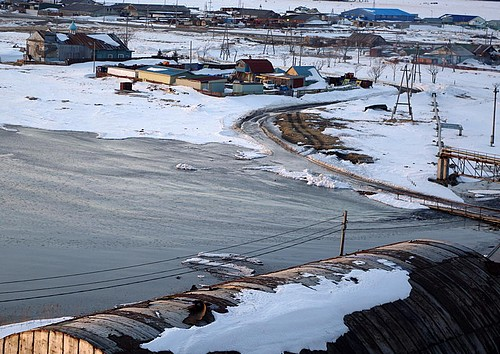 17:49. Возле устья реки - самый опасный участок во время цунами - уровень воды повышается сильнее всего